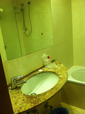 Hotel Terminal: Sink and shower in the mirror