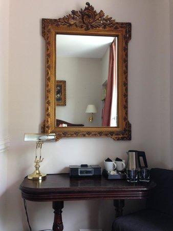 Hotel de la Porte Doree: Room
