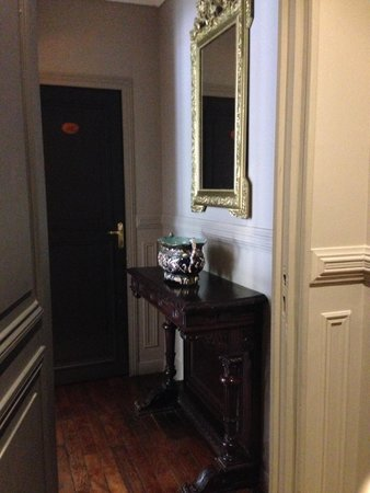 Hotel de la Porte Doree: Hall from room #36
