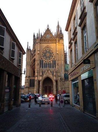 Cathédrale Saint-Étienne : vue depuis la rue de la cathedrale