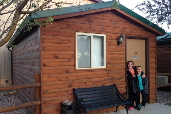 Ann's Motel: Excited to stay in our little cabin