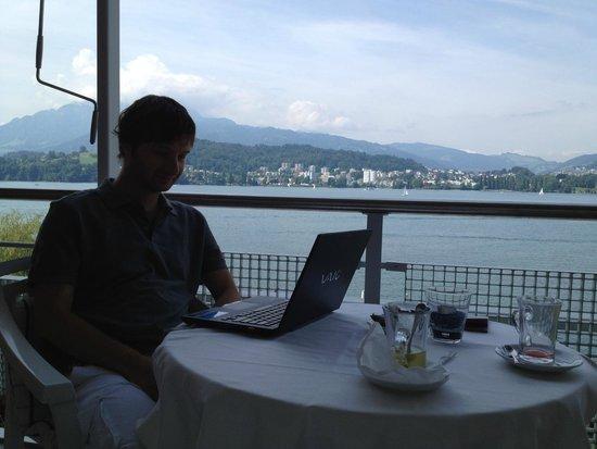 Seehotel Hermitage Luzern: муж работает на балконе