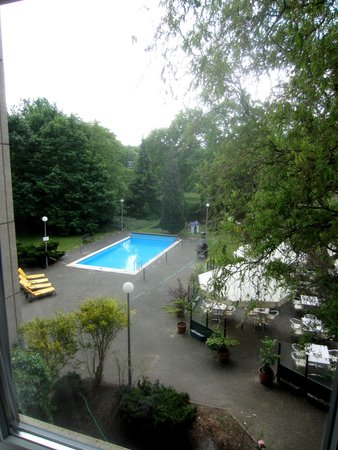 Mercure Airport Hotel Berlin Tegel : pool view