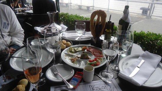 Cabaña Las Lilas: mesa