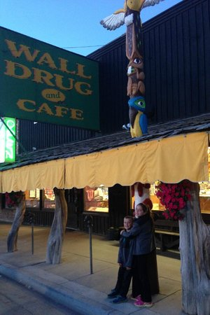 Wall Drug : Outside by the Totem Pole