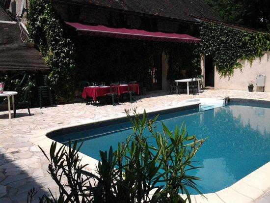 Auberge Forestiere De Marcheroux: la piscine, avec table petit dejeuners