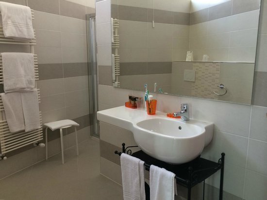 Smart Hotel Bartolini: Salle de bains très propre avec douche chromatique