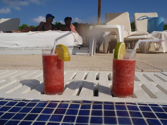 Live Aqua Beach Resort Cancun : Drinks by the pool