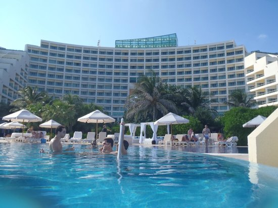 Live Aqua Beach Resort Cancun : View of the hotel from the pool