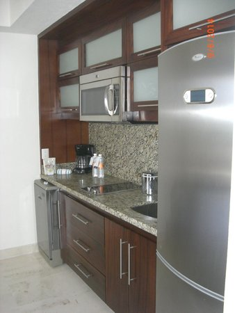 Grand Miramar All Luxury Suites & Residences: kitchen area