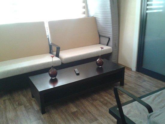 Hippodrome Apartment: Salon commun avec une autre chambre