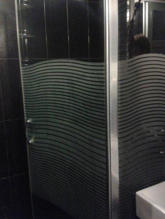 Hippodrome Apartment: Cabine de douche propre et grande