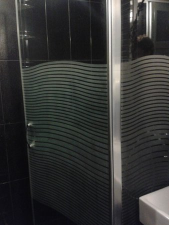 Amadeus Hotel: Cabine de douche propre et grande