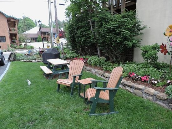 Homestead Inn: Chairs in the garden
