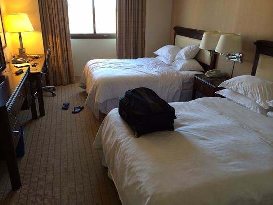 Sheraton Clayton Plaza Hotel St. Louis: basic upper floor room