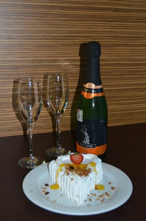 Krystal Cancun : Sparkling wine and delicious Cake..
