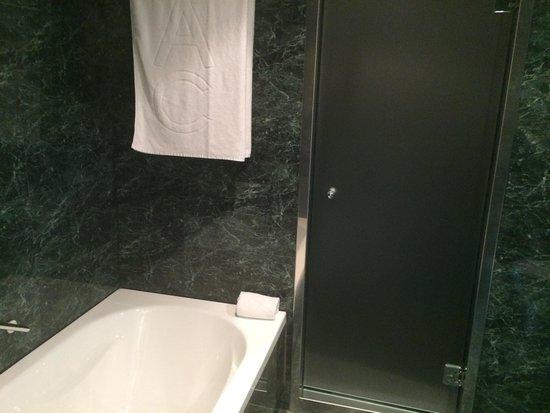 AC Hotel Barcelona Forum by Marriott: Bañera y entrada a ducha
