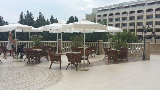 Sol Nessebar Palace: La terrasse du niveau 0