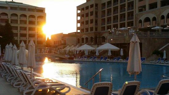 Sol Nessebar Palace: Coucher de soleil sur la piscine