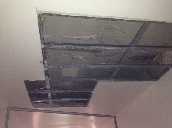 Novi Spa Hotel & Resort: Ceiling missing in the hotel