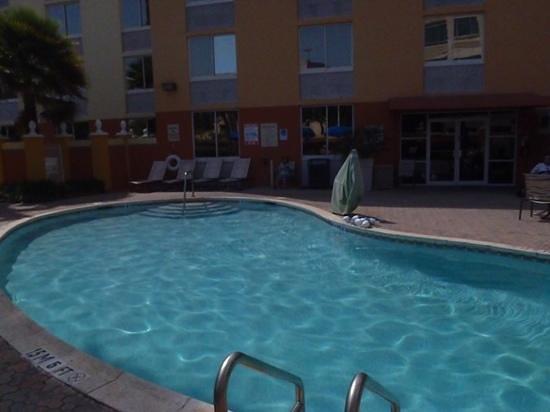 Holiday Inn Express Miami Airport Doral: piscina