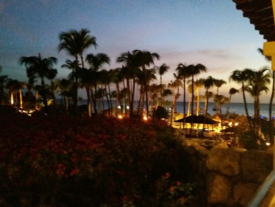 Hyatt Regency Aruba Resort and Casino: Hotel at night