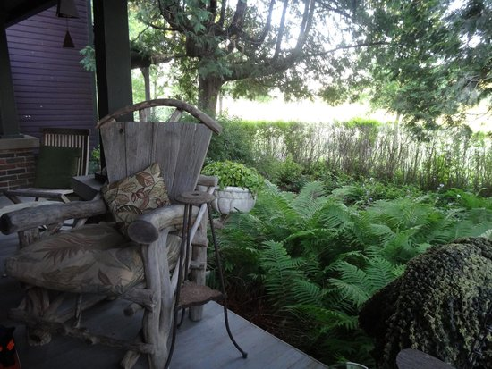 The Inn at Irish Hollow: Relaxing porch with plenty of hummingbirds