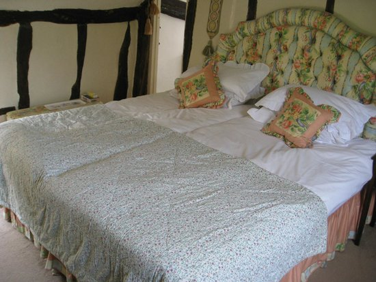 Guinea House Bed & Breakfast: Cushions, bedhead, curtains all made by owner