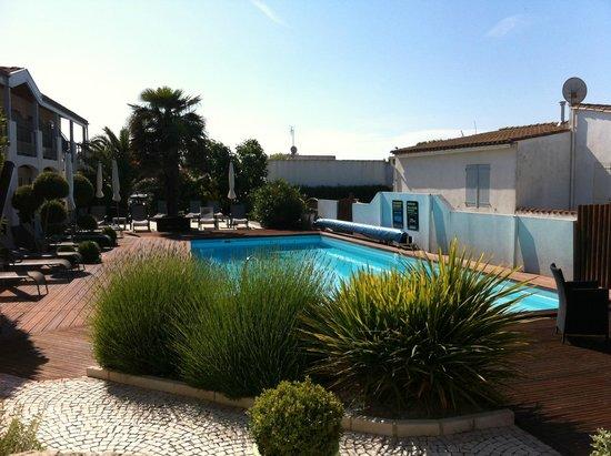 Hotel Le Peu Breton : La piscine vu de la sortie de notre chambre