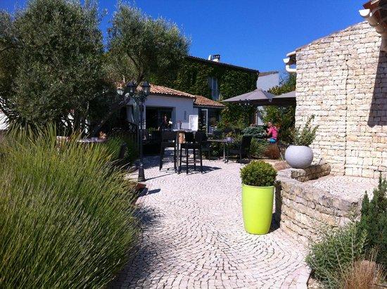 Hotel Le Peu Breton : La terrasse du petit déjeuner et l'accueil au fond et notre chambre à droite
