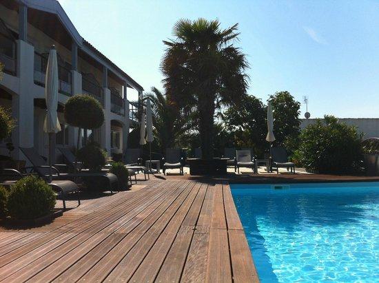 Hotel Le Peu Breton: La piscine et le bâtiment où se situe la majorité des chambres