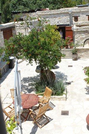 Vavla Rustic Retreat : The courtyard