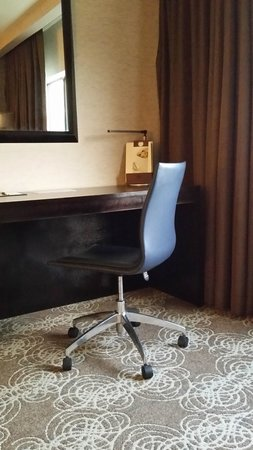 DoubleTree by Hilton Binghamton: desk in room