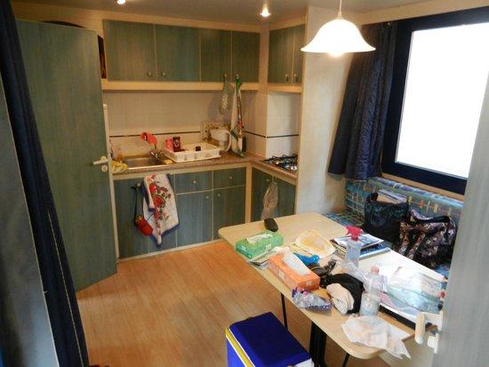 Park Albatros: キッチンにあるのはオーブンレンジと冷蔵庫、4口コンロ、食器や鍋類、調理器具一式、