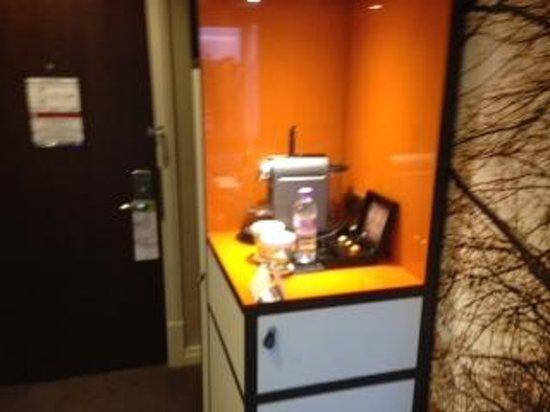 DoubleTree by Hilton - London Hyde Park: fridge/coffee maker