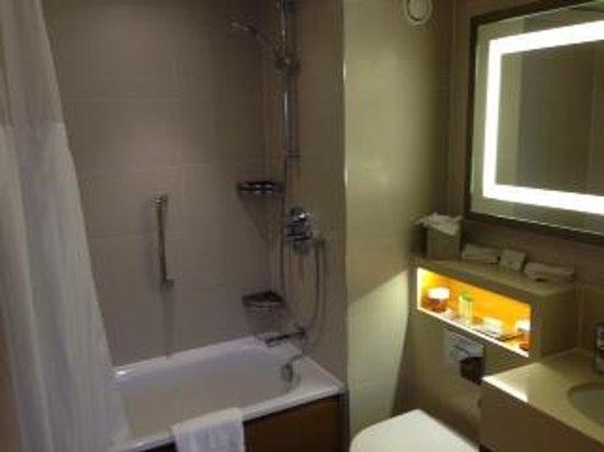 DoubleTree by Hilton - London Hyde Park: bathroom