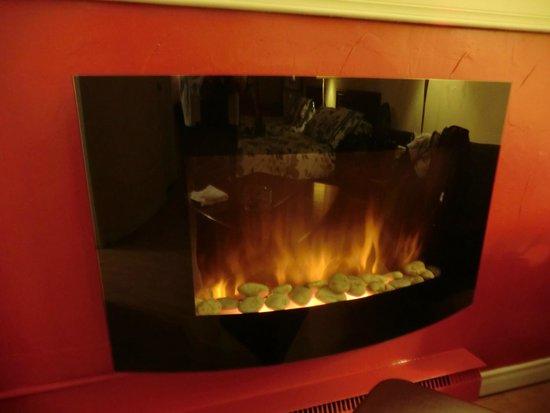 Motel Canadien : Fireplace