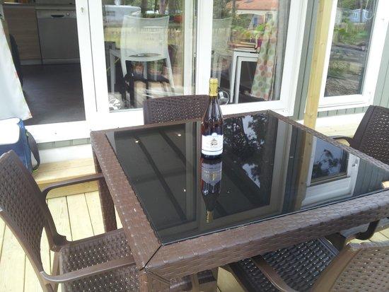 Camping Yelloh! Village Le Littoral : Terrasse et vin du domaine du pressoir excellent