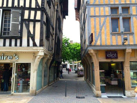 Hôtel Le Relais Saint Jean : City center (street leading to the hotel)