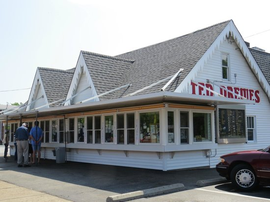 Ted Drew's Frozen Custard : Waiting for opening time!