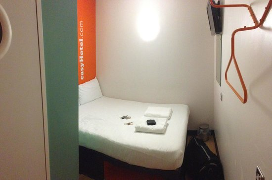 easyHotel Glasgow City : Bed & Room