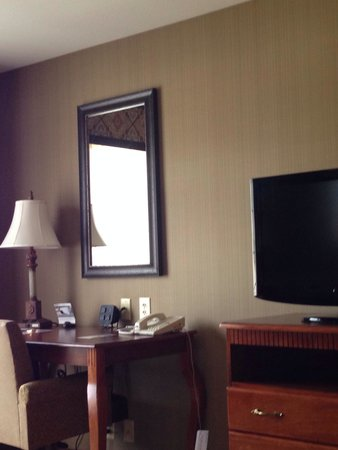 Hampton Inn & Suites Show Low-Pinetop: Desk & TV