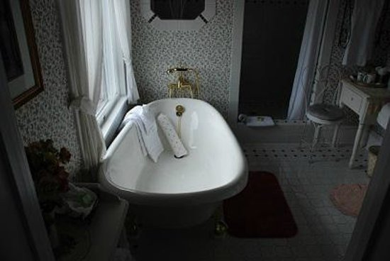 1910 Historic Enterprise House Bed & Breakfast: Warnock Suite Bathroom