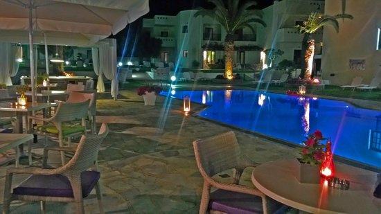 Kristalli Hotel Apartments: pool at night