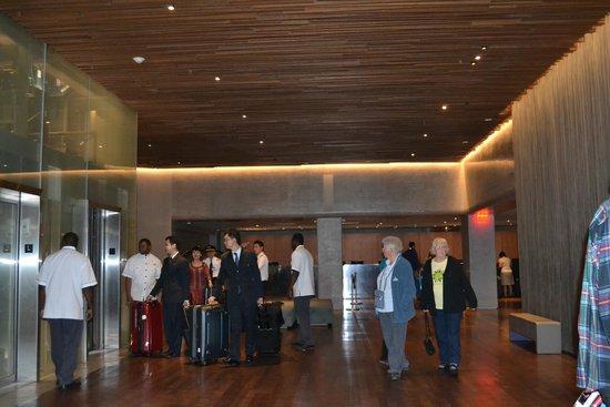 Row NYC Hotel: muuucha gente en el lobby