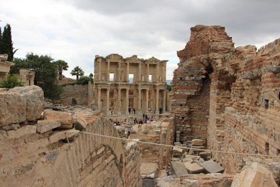 Efes Antik Kenti Tiyatrosu: The library