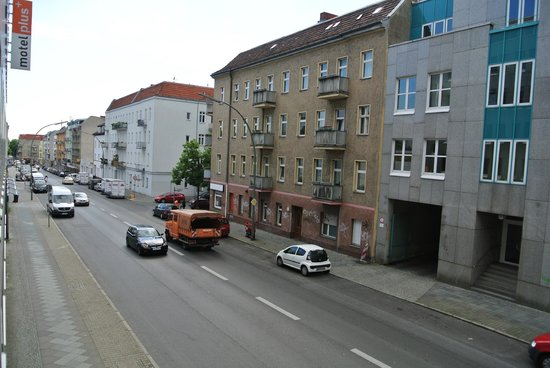 Motel Plus Berlin: из окна налево в сторону метро