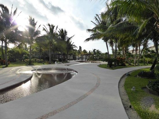 Secrets Maroma Beach Riviera Cancun : Hotel grounds heading towards beach/pools
