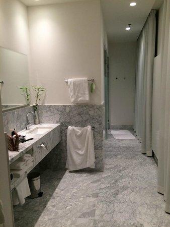 Hyperion Hotel Dresden am Schloss: Banheiro amplo e agradável