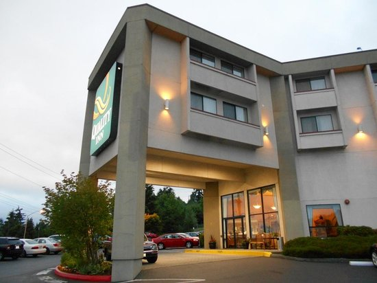 Quality Inn: Outside near the entrance